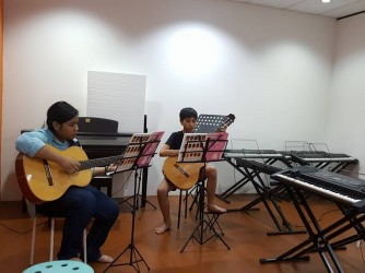Guitar class for kids by Sottovoce Musique